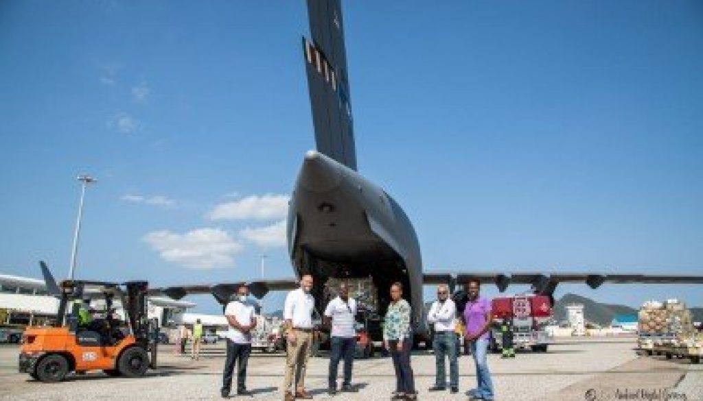 thumbnail_Delegation infront of the Military C 17 aircraft